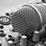 micrófono sobre consola de operación técnica