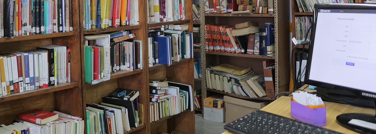 estantes de libros de la biblioteca de periodismo