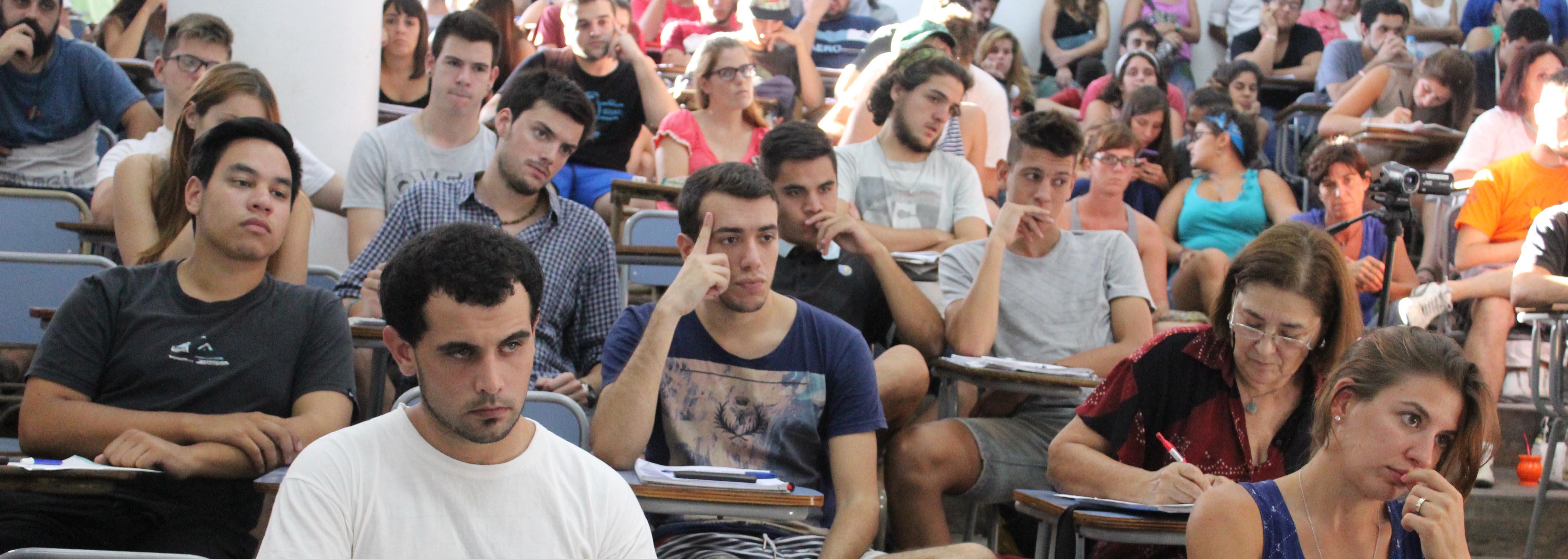 estudiantes dentro del aula asisten a una clase práctica