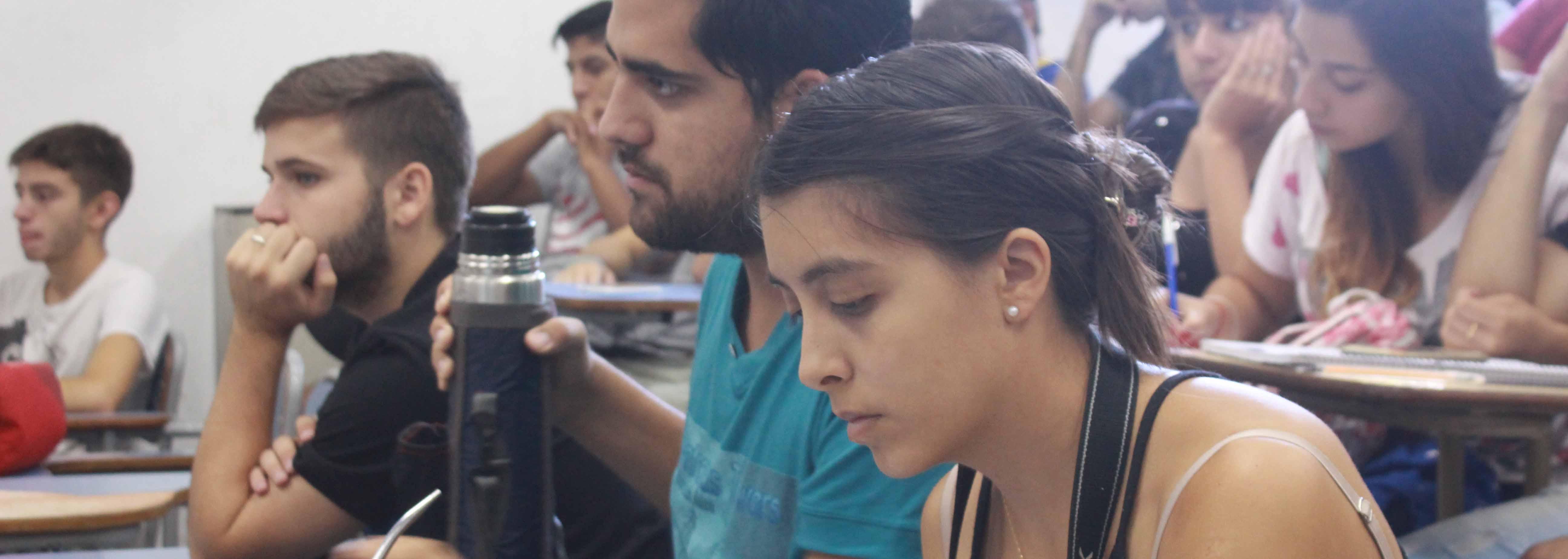 estudiantes del profesorado asisten a un teórico