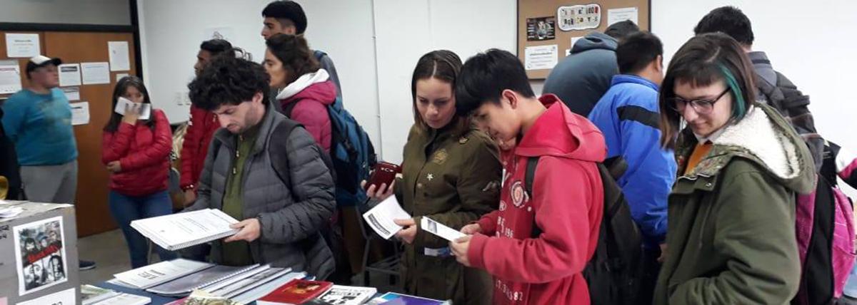 alumnos buscan material en la hemeroteca de la facultad