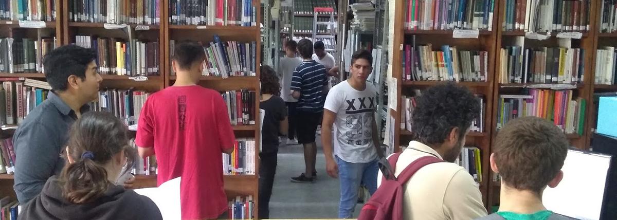 alumnos de periodismo utilizan los servicios de la biblioteca