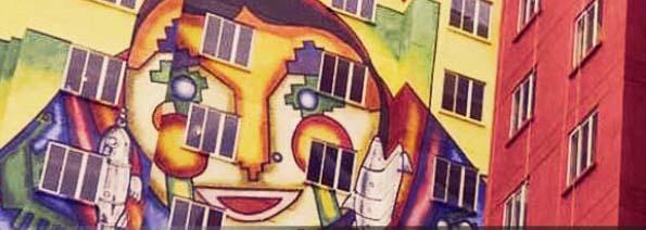 mural gigante en un edificio con el rostro de una mujer