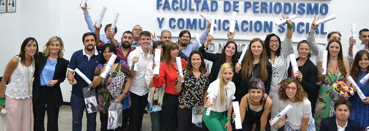 grupo de egresados y egresadas mostrando su diploma