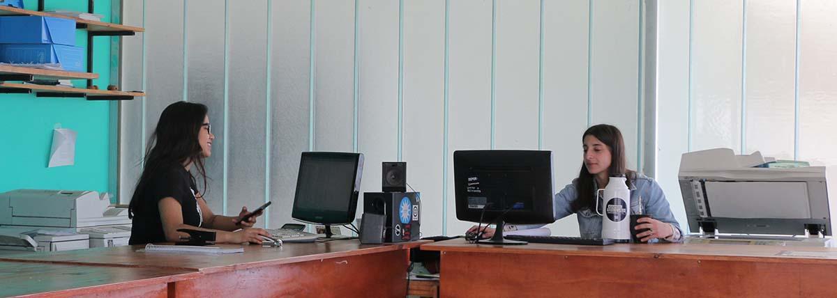 mostrador de atención a las y los estudiantes en el centro de fotocopiado