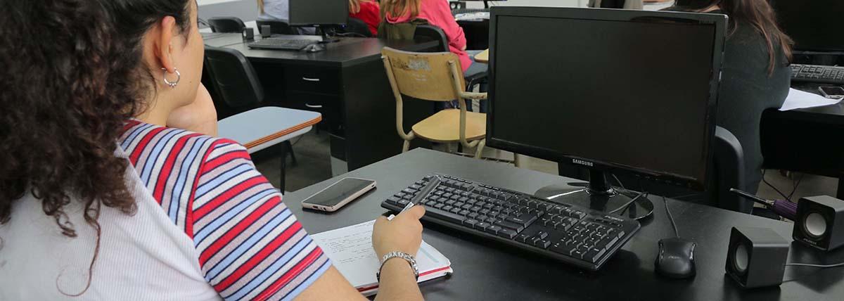alumna de periodismo cursa en una de las aulas digitales de la facultad