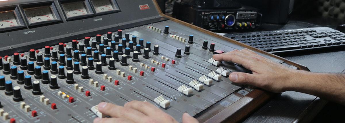 consola del estudio de radio de periodismo