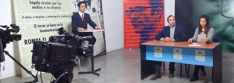 alumnas y alumnos de la carrera de locución realizan el examen final habilitante en el estudio de television de la facultad
