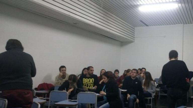 Felipe Alonso dictando la charla informativa a los/as interesados/as