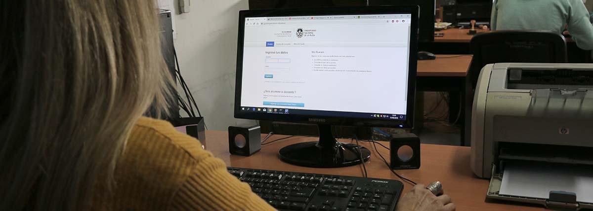 estudiante de periodismo consulta contenidos de la cursada vía web