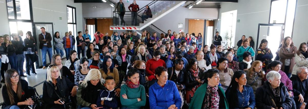 grupo de gente en una capacitacion de la escuela popular de genero