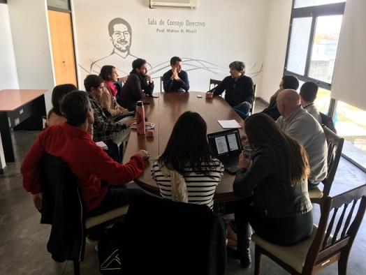 docentes reunidos en la sala de consejo directivo