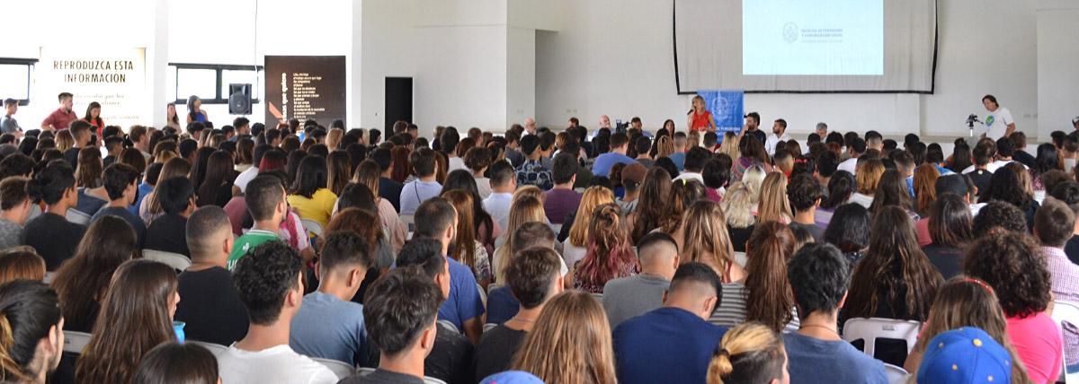 acto a sala llena en el auditorio de la facultad