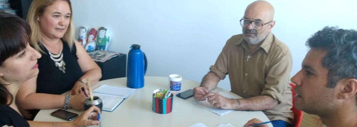 profesionales de distintas disciplinas en una reunion del programa interdisciplinario de contencion universitarisa