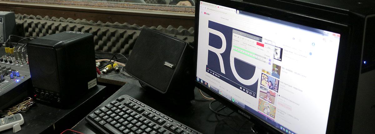 mesa de trabajo para la operación digital de sonido en el estudio de radio de la facultad