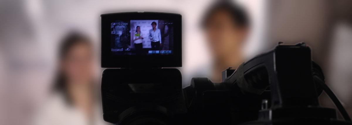 cámara de video en primer plano tomando imágenes para una de las producciones documentales de la facultad