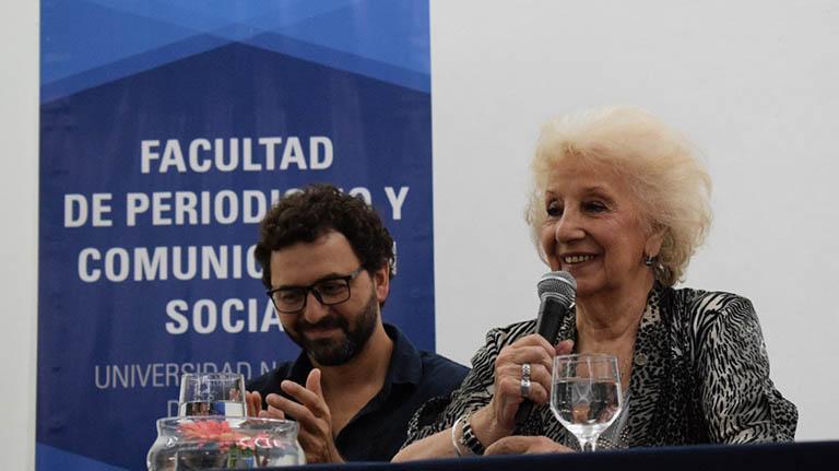 -el público aplaude las palabras de la titular de Abuelas de Plaza de Mayo
