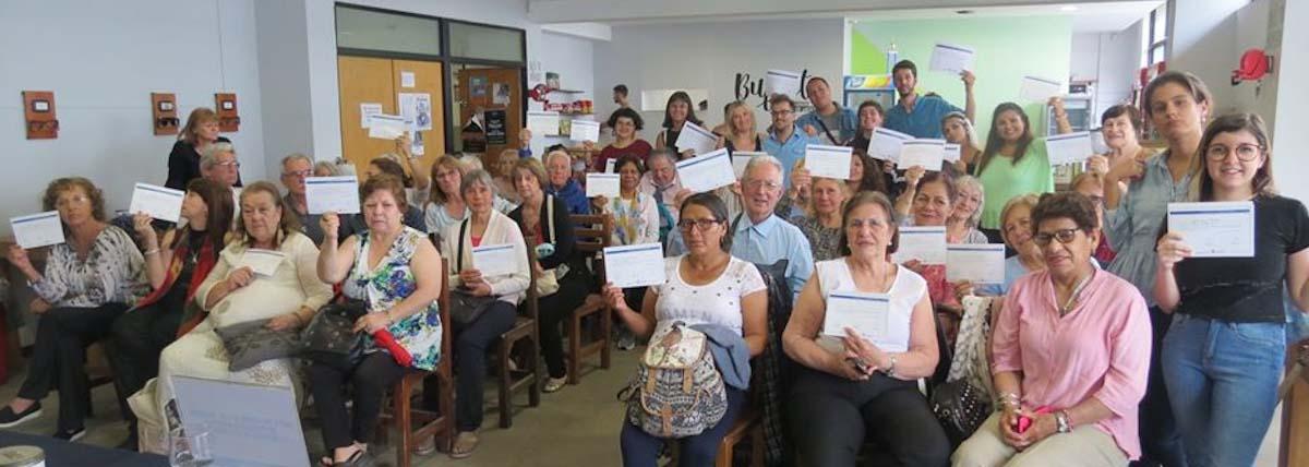 personas mayores exhiben el diploma que certifica tu paso por la Universidad