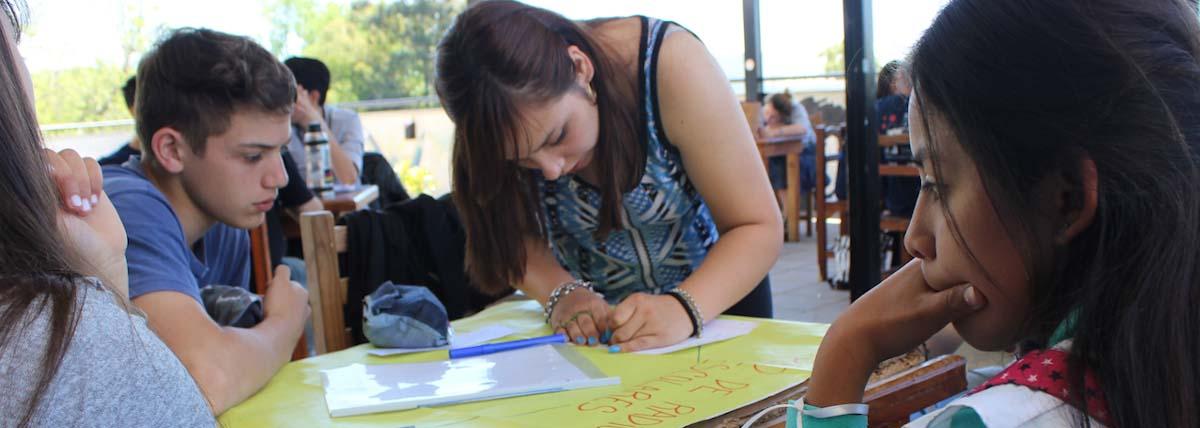estudiantes realizan carteles y afiches