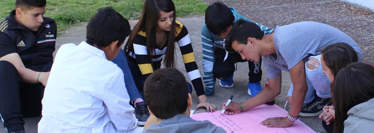 Estudiantes preparan actividades con afiches
