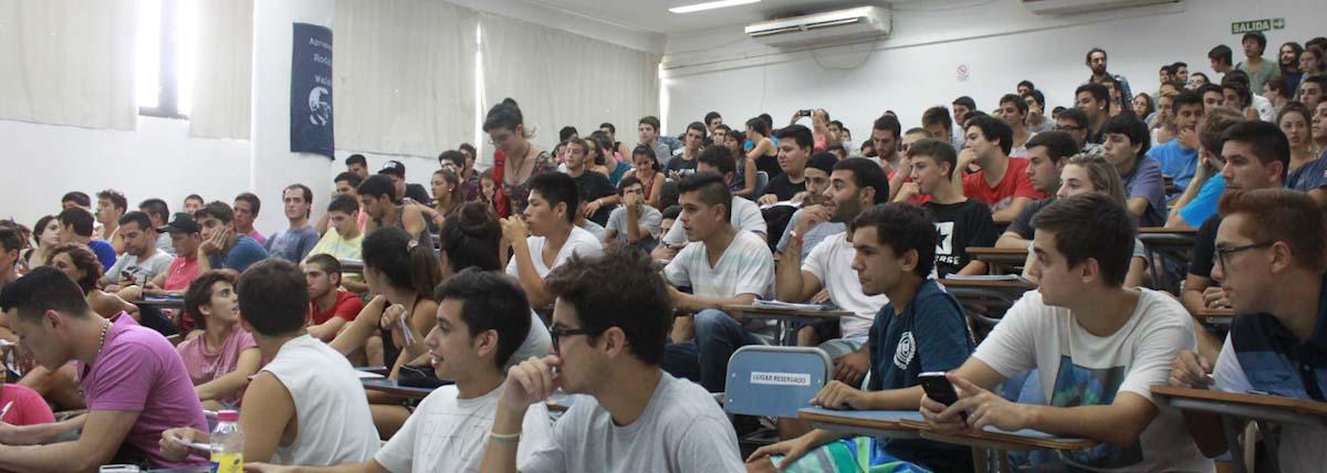 cursada de una cátedra libre en el aula anfiteatrada de la facultad