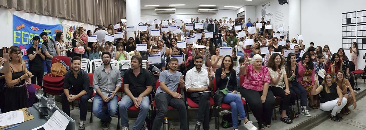 egresados del Plan FiNes muestran sus diplomas que acreditan la finalización de estudios